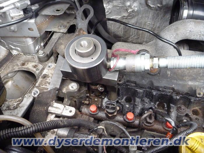 Udtrækning af fastbrændte indsprøjtningsdyser i dieselmotorer med